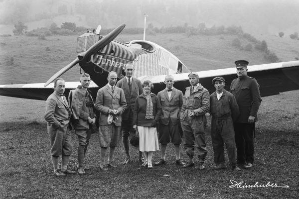 Gruppe vor Flugzeug