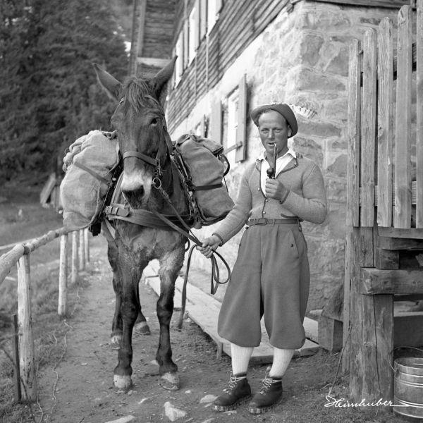 Mäx mit Pferd und Pfeife