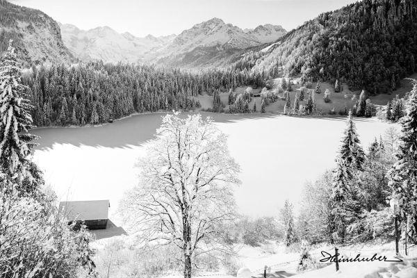 Schneebedeckter Bergsee