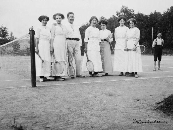 Tennisspielerinnen um 1900