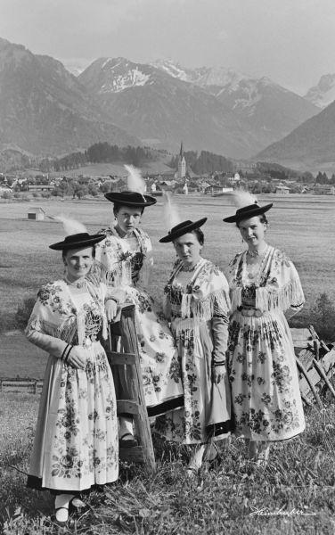 Trachtenmädchen vor Oberstdorf