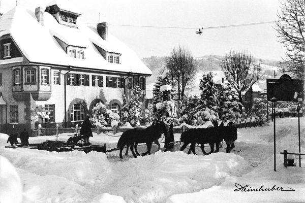 Schneepflug vor altem Postgebäude