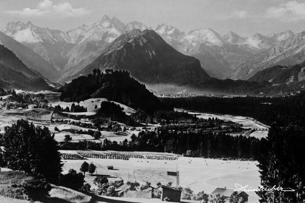 Schöllanger Burg vor Bergkulisse