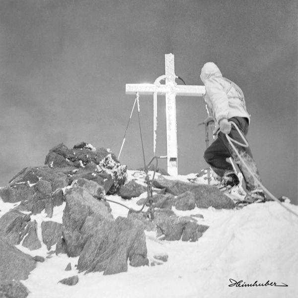 Gebirgsjäger am Gipfelkreuz