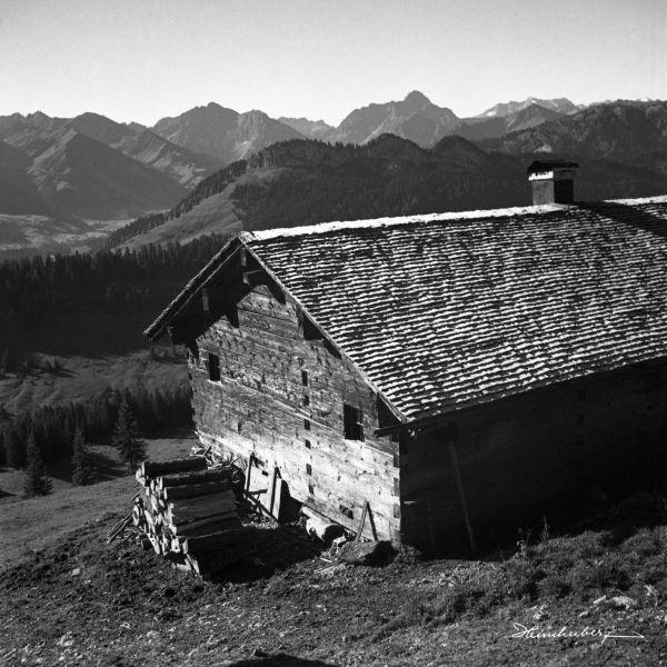 Holzhütte mit Bergblick