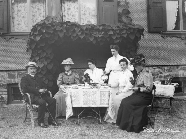 Familienportrait im Garten