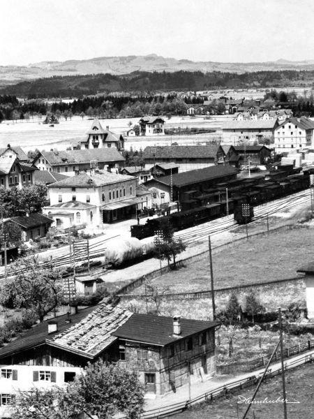 Alter Bahnhof mit Möggenriedhaus