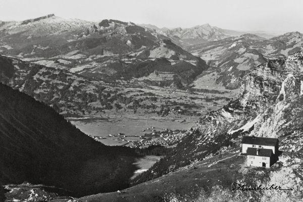 Edmund-Probst-Haus mit Bergpanorama