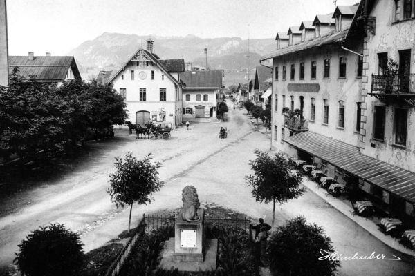 Marktplatz Oberstdorf mit Kriegerdenkmal